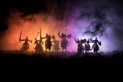 Mittelalterliche Kampfszene mit Kavallerie und Infanterie Schattenbilder von Zahlen als unterschiedlichen Gegenständen, Kampf zwi stockbilder