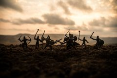 Mittelalterliche Kampfszene mit Kavallerie und Infanterie Schattenbilder von Zahlen als unterschiedlichen Gegenständen, Kampf zwi stockfotos