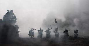 Mittelalterliche Kampfszene mit Kavallerie und Infanterie Schattenbilder von Zahlen als unterschiedlichen Gegenständen, Kampf zwi stockfoto