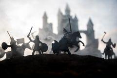 Mittelalterliche Kampfszene mit Kavallerie und Infanterie Schattenbilder von Zahlen als unterschiedlichen Gegenständen, Kampf zwi lizenzfreie stockbilder