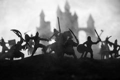 Mittelalterliche Kampfszene mit Kavallerie und Infanterie Schattenbilder von Zahlen als unterschiedlichen Gegenst?nden, Kampf zwi lizenzfreie stockfotos