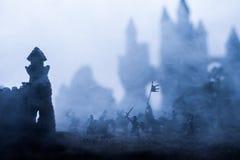 Mittelalterliche Kampfszene mit Kavallerie und Infanterie Schattenbilder von Zahlen als unterschiedlichen Gegenst?nden, Kampf zwi lizenzfreie stockfotografie