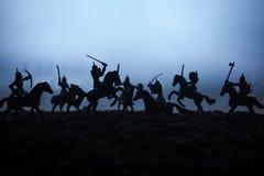 Mittelalterliche Kampfszene mit Kavallerie und Infanterie Schattenbilder von Zahlen als unterschiedlichen Gegenst?nden, Kampf zwi stockfotos