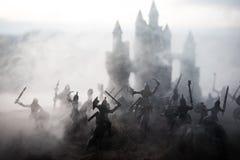 Mittelalterliche Kampfszene mit Kavallerie und Infanterie Schattenbilder von Zahlen als unterschiedlichen Gegenst?nden, Kampf zwi stockbilder