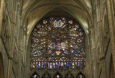 Mittelalterliche Kathedrale Amiens rosafarbenes Fenster des Buntglases lizenzfreie stockbilder