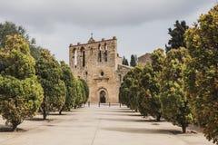 Mittelalterliche Kirche in der mittelalterlichen Stadt von Peratallada, Spanien stockfotografie