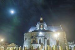 Mittelalterliche Kirche in der Nacht Lizenzfreie Stockbilder