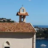 Mittelalterliche Kirche mit Glockenturm Stockfoto