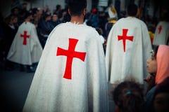 Mittelalterliche Kreuzfahrer während einer Darstellung im Freien Stockfotos