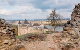 Mittelalterliche Landschaft und Ruinen der Khotyn-Stadt und des Forts, Ukraine Errichtet im 14. Jahrhundert Stockfoto