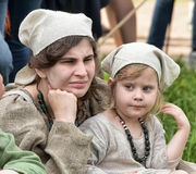 Mittelalterliche Mutter mit ihrem Baby Stockfotos