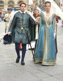 Mittelalterliche Paare in einer Wiederinkraftsetzung in Italien Lizenzfreie Stockfotos