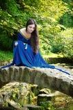 Mittelalterliche Prinzessin auf Steinbrücke Stockfotos