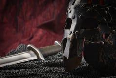 Mittelalterliche Rüstung, Sturzhelm und Klinge Stockfotos