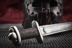 Mittelalterliche Rüstung, Sturzhelm und Klinge Lizenzfreie Stockfotos
