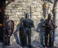 Mittelalterliche Ritter in der Rüstung gegen die Wand des Schlosses Stockbild