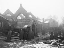 Mittelalterliche ruinierte Kirche im Schnee und im Nebel Lizenzfreie Stockfotos