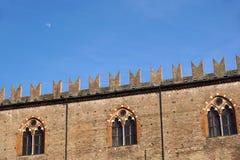 Mittelalterliche Schloss-Landschaft Alte Fassade, Turm, Fenster unter Überdachung von Bäumen Lizenzfreie Stockfotografie