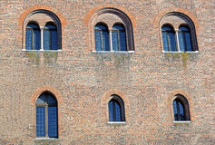Mittelalterliche Schloss-Landschaft Alte Fassade, Turm, Fenster unter Überdachung von Bäumen Lizenzfreies Stockfoto