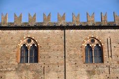 Mittelalterliche Schloss-Landschaft Alte Fassade, Turm, Fenster unter Überdachung von Bäumen Stockfotografie