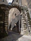 Mittelalterliche schmale Straße in der Luxemburg-Hauptstadt Alter Ziegelsteinbogen Lizenzfreie Stockfotografie