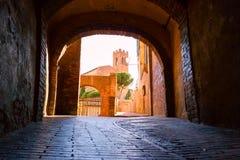 Mittelalterliche schmale Straße in Siena, Toskana Lizenzfreie Stockfotos