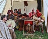Mittelalterliche singende Leute Stockfotos