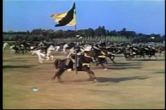 Mittelalterliche Soldaten des breiten Schusses zu Pferd, die in Kampf galoppieren stock video footage