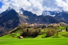 Mittelalterliche Stadt Gruyeres, Alpenberge, die Schweiz lizenzfreies stockfoto