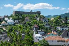 Mittelalterliche Stadt mit Festung und weißer Moschee Stockfoto
