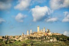 Mittelalterliche Stadt San Gimignanos ragt Skyline- und Landschaftslandschaftspanorama hoch Toskana, Italien, Europa lizenzfreie stockfotos
