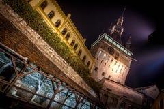 Mittelalterliche Stadt Sighisoara, eingelassene Nachtzeit Rumäniens Foto Lizenzfreie Stockfotos