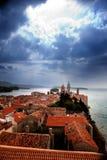 Mittelalterliche Stadtdrastischer Himmel Stockfotos