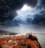 Mittelalterliche Stadtdrastischer Himmel Stockbild