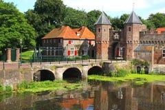Mittelalterliche Stadtmauer entlang dem Eem-Fluss in Amersfoort Lizenzfreie Stockfotografie