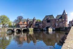 Mittelalterliche Stadtmauer Koppelpoort Amersfoorts und der Eem-Fluss Lizenzfreie Stockfotos