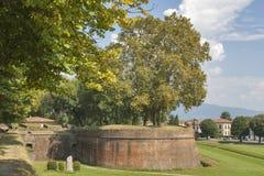 Mittelalterliche Stadtmauern Luccas, Italien Stockfotos