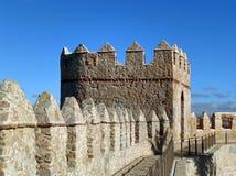 Mittelalterliche Stadtmauern und Wall gegen vibrierenden blauen sonnigen Himmel, Spanien stockfotos