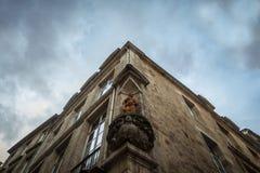 Mittelalterliche Statue des Heiligen Jean in einer Nische auf einem Gebäude der alten Stadt von Bordeaux, Frankreich Lizenzfreies Stockfoto