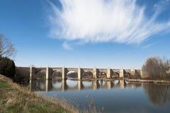 Mittelalterliche Steinbrücke mit Fluss, Spanien Lizenzfreies Stockfoto