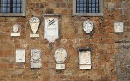 Mittelalterliche Steinwand mit Flachreliefs, Italien stockbilder