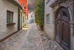 Mittelalterliche Straße in altem Riga, Lettland Lizenzfreies Stockbild