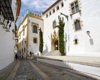 Mittelalterliche Straße in alter Stadt Sitges, Spanien Stockfotos