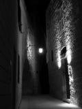 Mittelalterliche Straße bis zum Night stockfotos