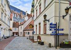 Mittelalterliche Straße in der alten Stadt von Riga, Lettland lizenzfreies stockfoto