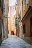 Mittelalterliche Straße im Villefranche-sur-Mer Lizenzfreie Stockbilder