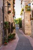 Mittelalterliche Straße mit Blumen, Assisi Lizenzfreies Stockfoto