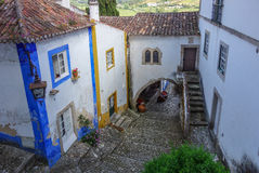 Mittelalterliche Straße und Treppenhaus und Häuser tagsüber Lizenzfreie Stockfotos