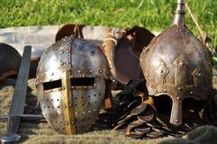 Mittelalterliche Sturzhelme und Klinge stockfotografie