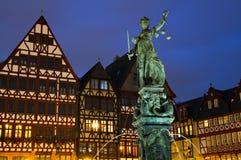 Mittelalterliche Timberframe Häuser und Dame Justice Stockfotos